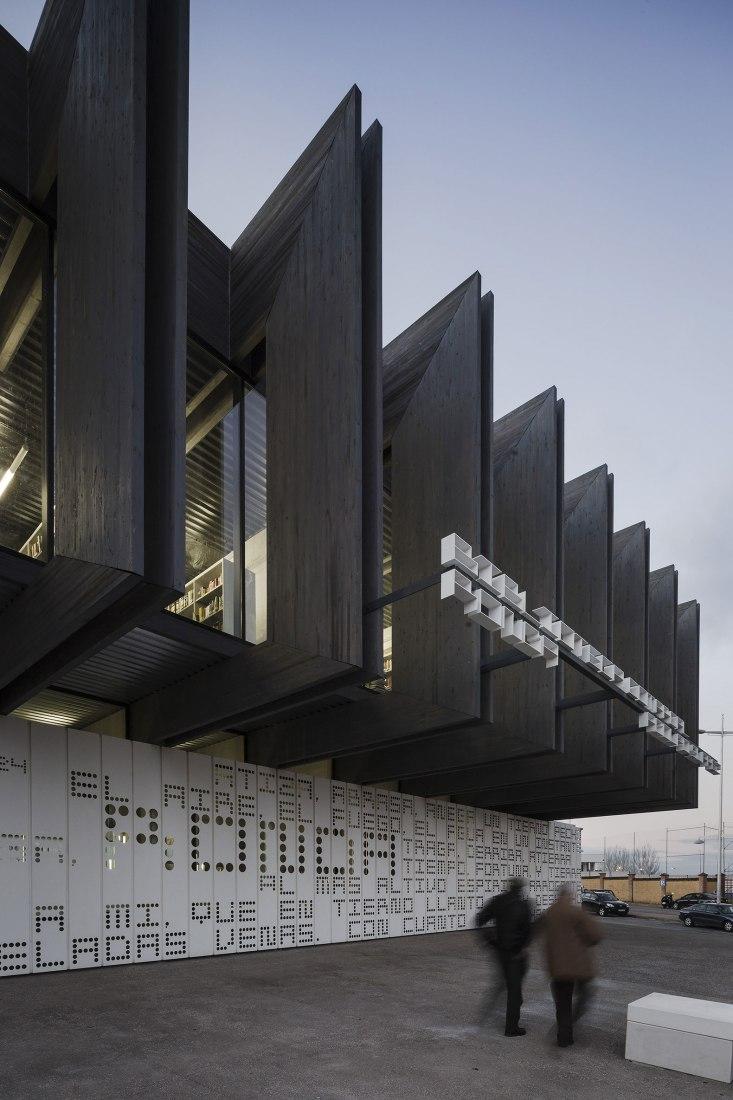Vista exterior. Biblioteca Adolfo Suárez por MMiT Architects. Fotografía @ Fernando Alda