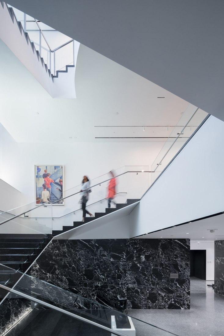 Vista de la escalera Bauhaus restaurada, con la Escalera Bauhaus de Oskar Schlemmer (1932), al fondo. Fotografía de Iwan Baan
