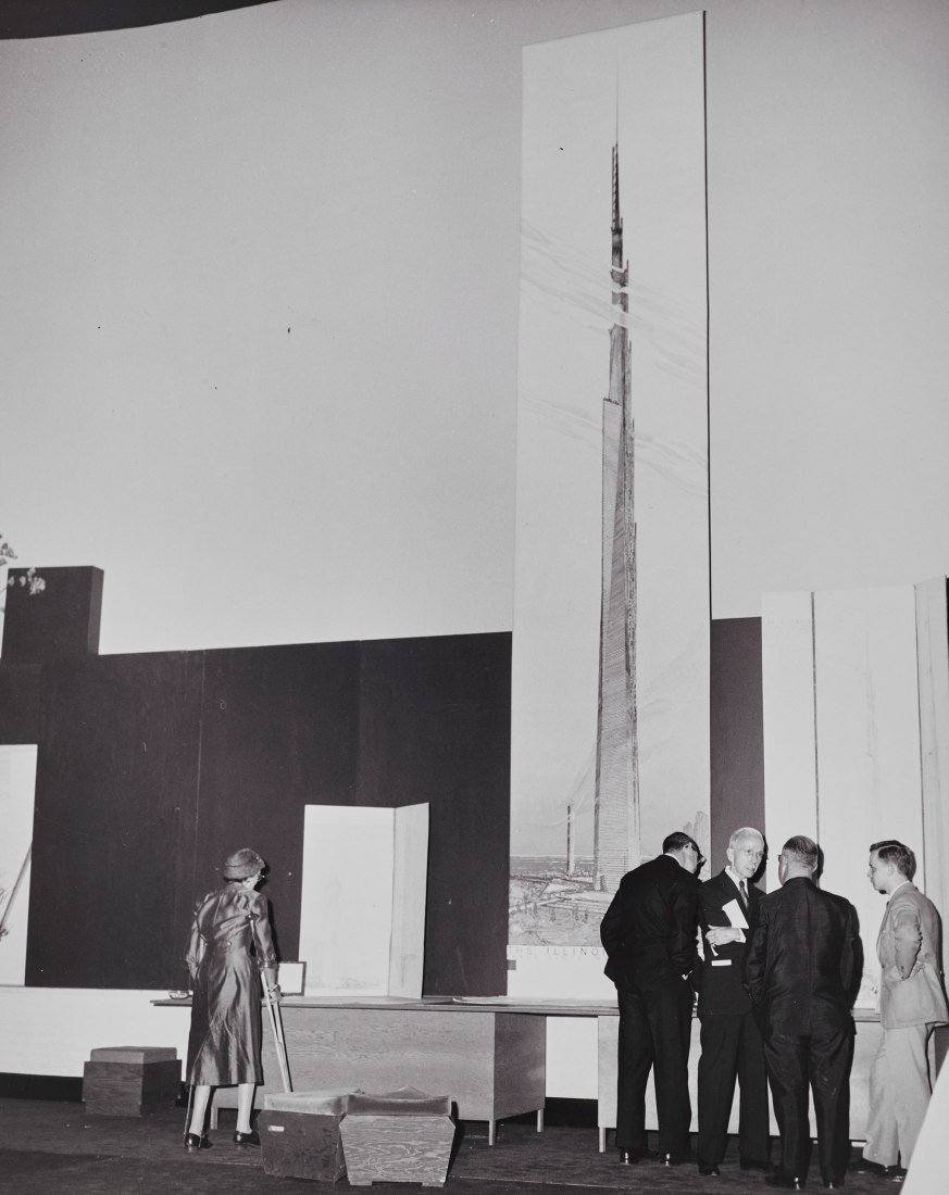 Unveiling the 22-foot-high (6.7-meter-high) visualization of The Mile-High Illinois at the October 16, 1956, press conference in Chicago. The Frank Lloyd Wright Foundation Archives (The Museum of Modern Art | Avery Architectural & Fine Arts Library, Columbia University, New York)