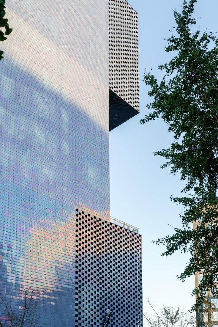 Balcones en cada nivel ayudan a orientar a los visitantes dentro de la ciudad. KWG · M · CUBE, centro comercial diseñado por MVRDV. Fotografía de Seth Powers