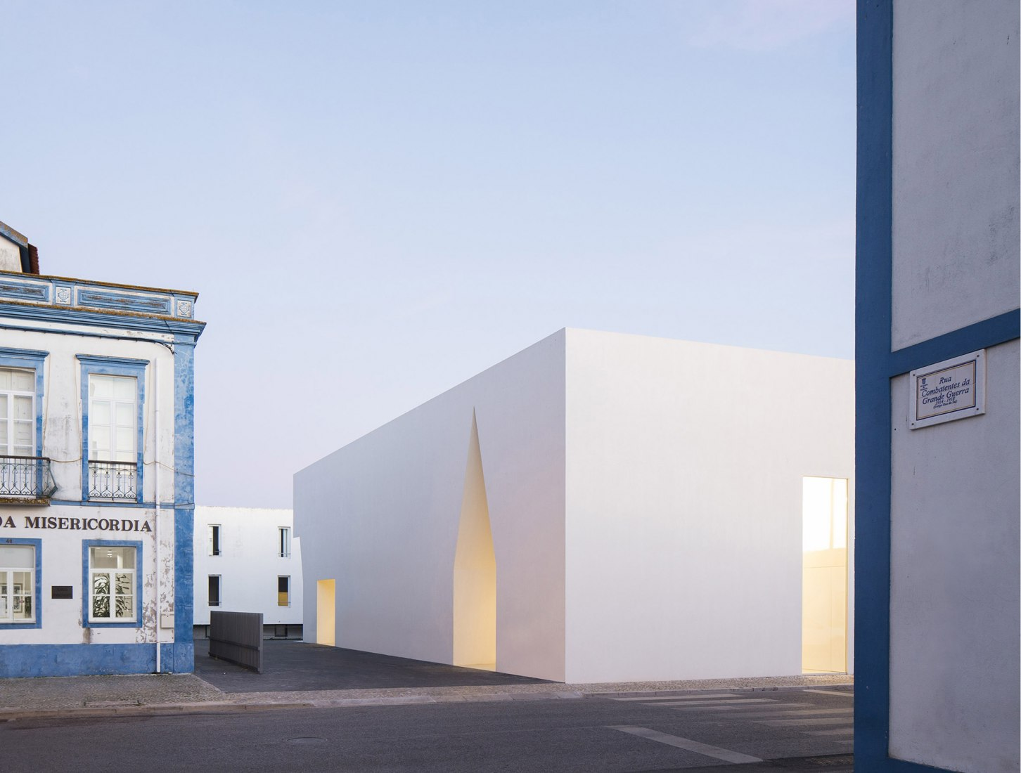 Exterior view. Meeting Centre in Grândola by Aires Mateus. Photograph © Nelson Garrido.