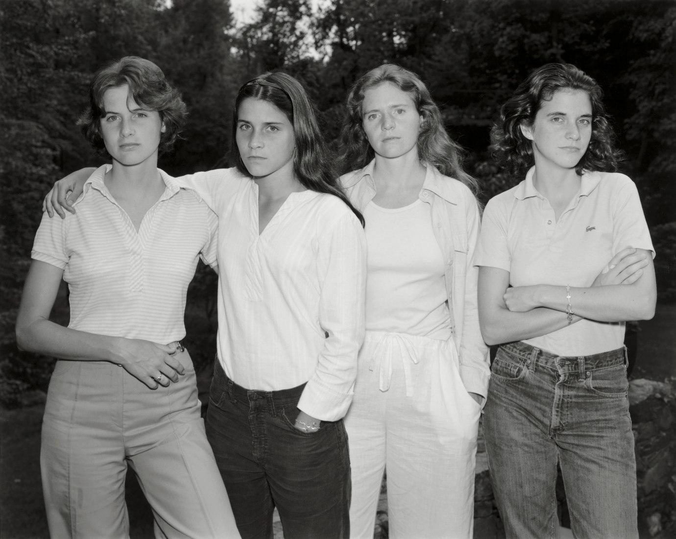 The Brown Sisters Las hermanas Brown 1975 Copia en gelatina de plata  45,4 x 57,1 cm Colecciones Fundación MAPFRE FM000341. Fotografía ©Nicholas Nixon. Cortesía Fraenkel Gallery, San Francisco. Vía Mapfre.