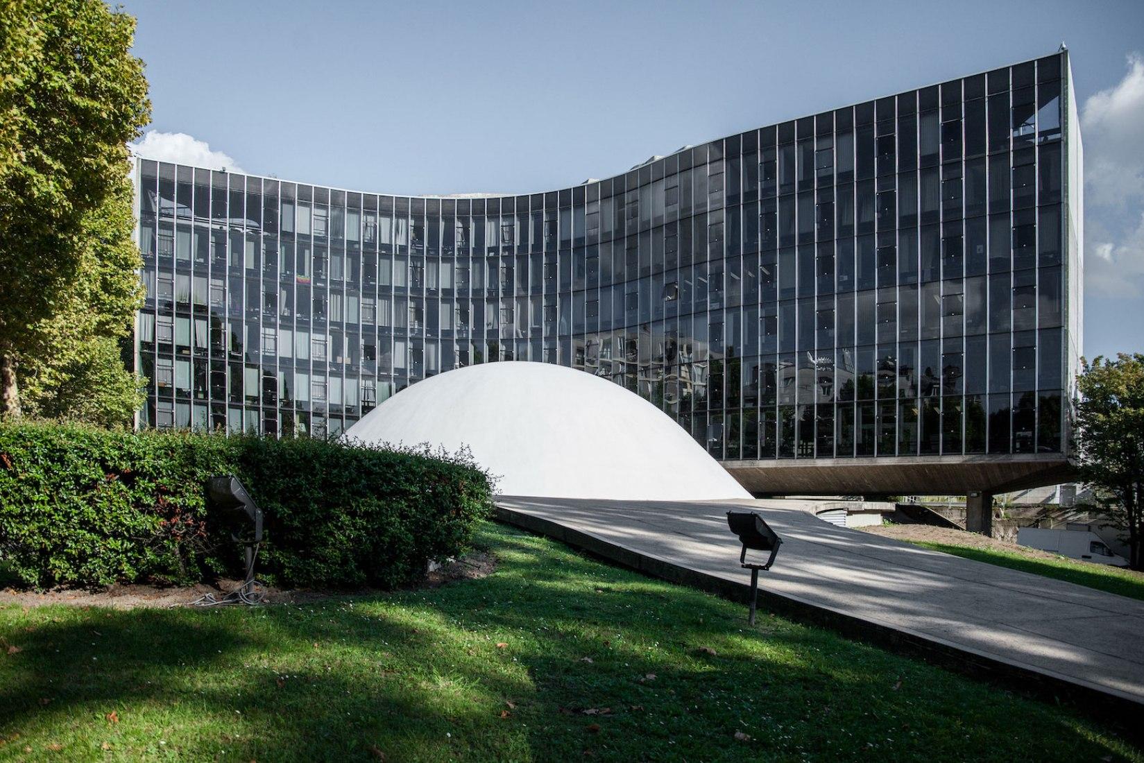 Vista exterior. Sede del Partido Comunista de Oscar Niemeyer. Fotografía © Denis Esakov
