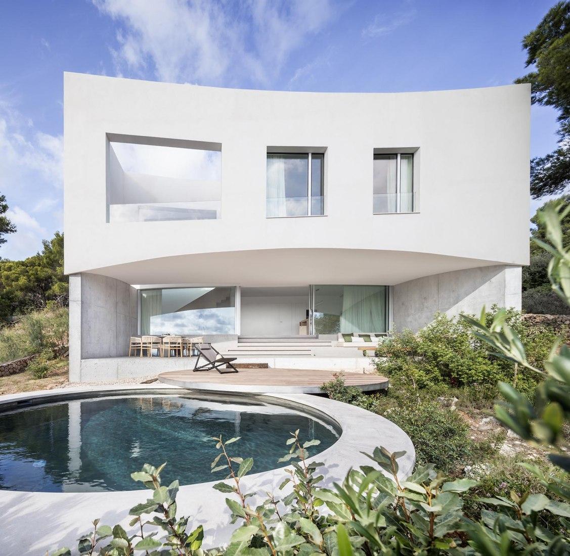 Casa curva por NOMO Studio. Fotografía por Adriâ Goulá