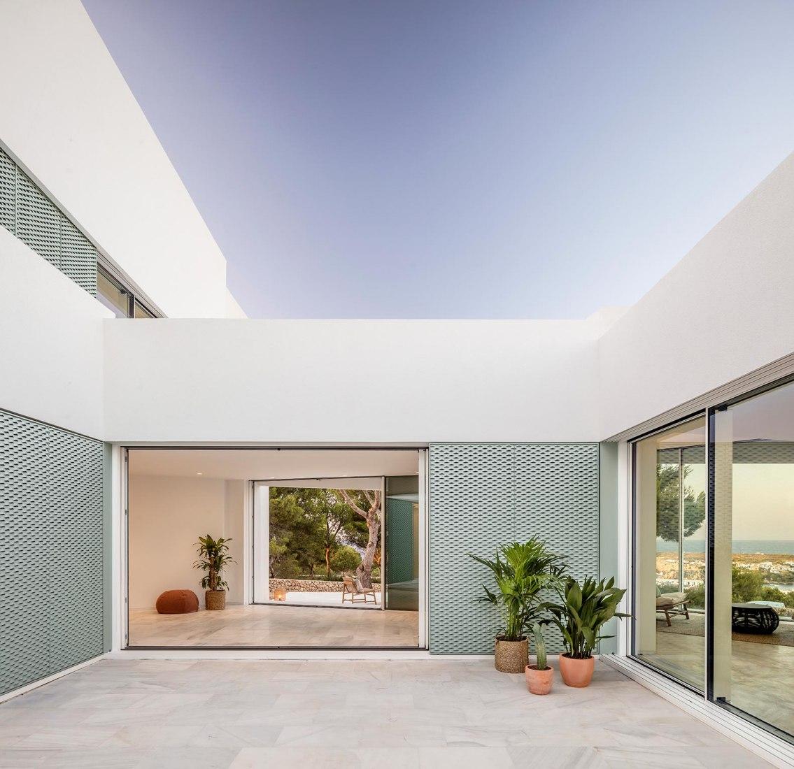 Casa patio por Nomo Studio. Fotografía por Adrià Goula