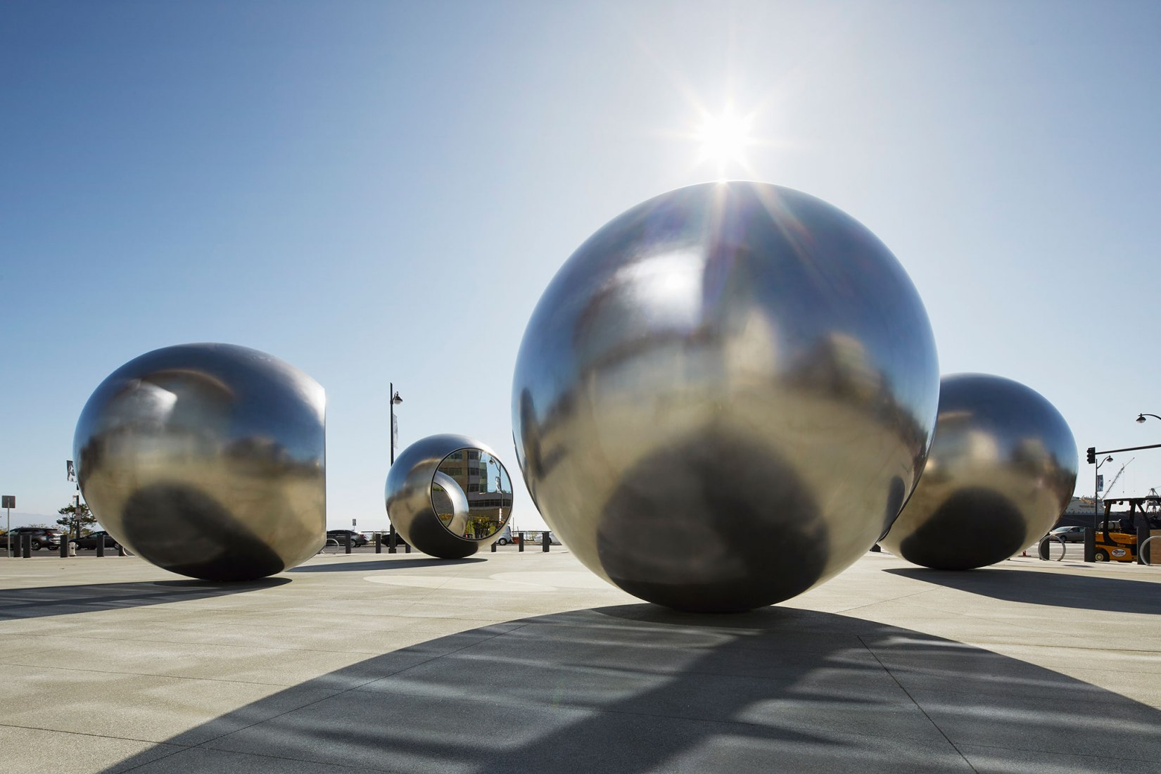 Seeing spheres, 2019, Chase Center, San Francisco, por Olafur Eliasson. Acero inoxidable, vidrio, plata, fibra de vidrio, LED de 4,8 x 22 x 22 metros cada esfera ⌀ 4.8 metros. Fotografía por Matthew Millman