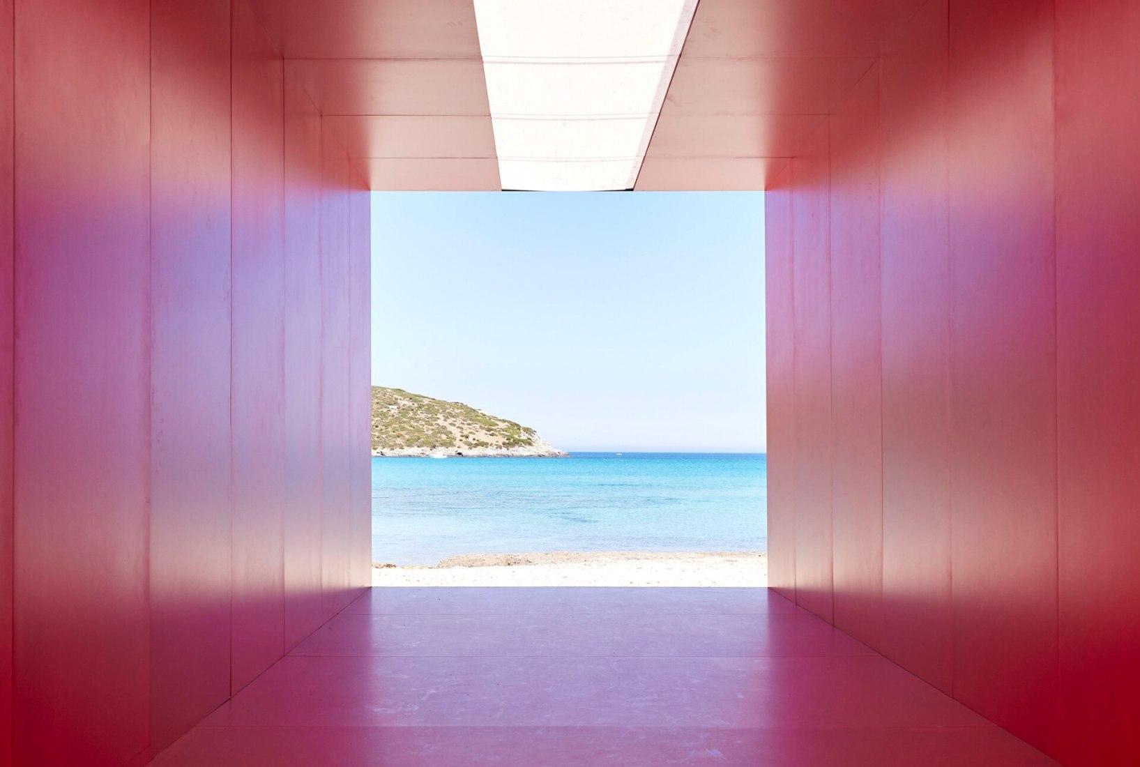 Pasarela de moda masculina Prada 2022 por Rem Koolhaas + AMO. Fotografía por Agostino Osio