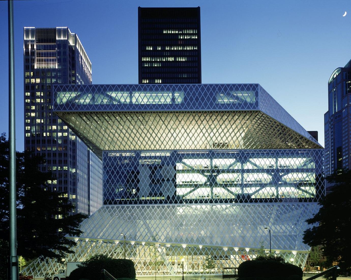 Vista nocturna. Biblioteca Central de Seattle por OMA. Fotografía @ Philippe Ruault. Imagen cortesía de OMA