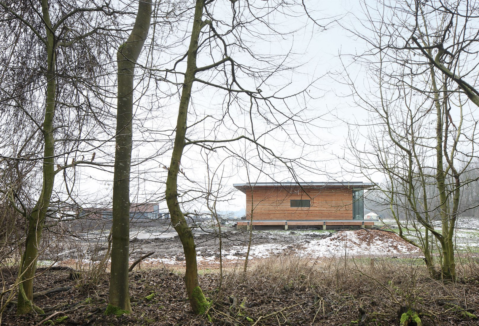 Complejo de viviendas colectivas en Oosterwold por bureau SLA & Zakenmaker. Fotografía por Filip Dujardin.