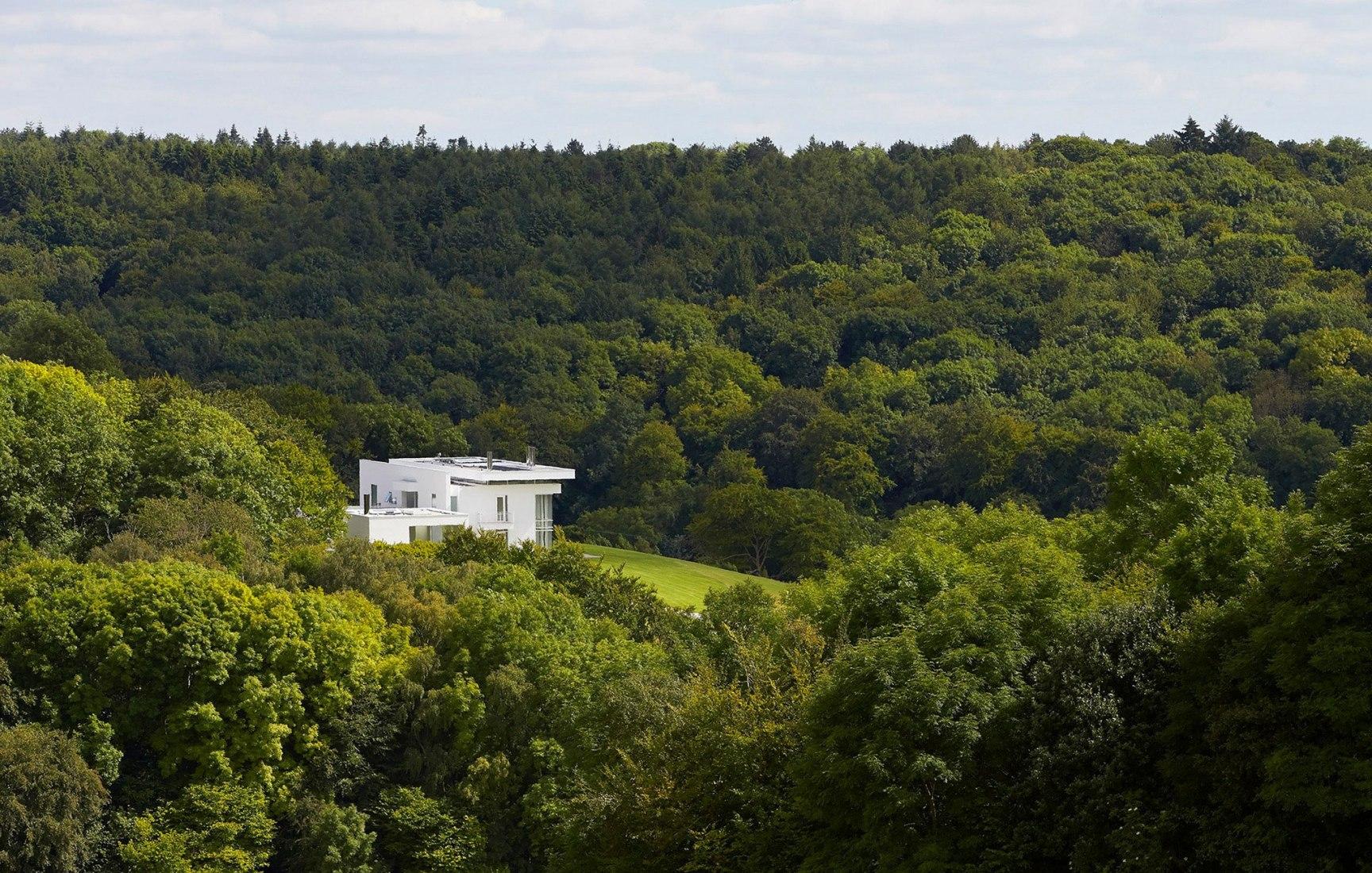 Vista general. Residencia en Oxfordshire por Richard Meier & Partners. Fotografía © Hufton+Crow