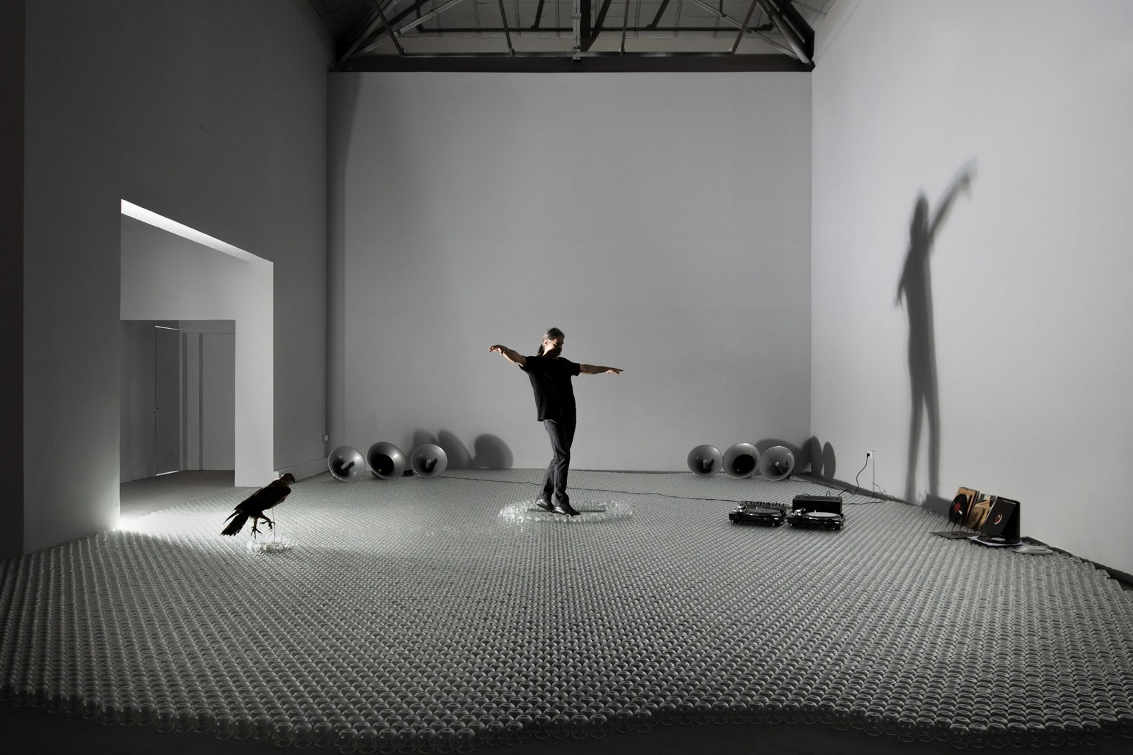Panos Charalambous. Un águila estaba de pie, 2019. Instalación, dimensiones variables; actuación. Pabellón de Grecia en la 58ª Exposición Internacional de Arte: La Biennale di Venezia. Foto: Ugo Carmeni.