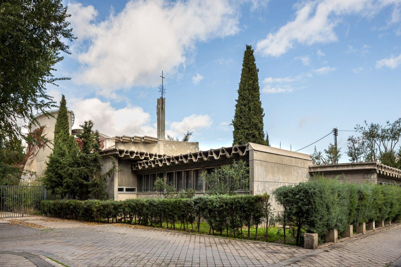 Vista exterior. Conjunto Parroquial de Santa Ana y la Esperanza por Miguel Fisac. Fotografía © Simón García | arqfoto.com