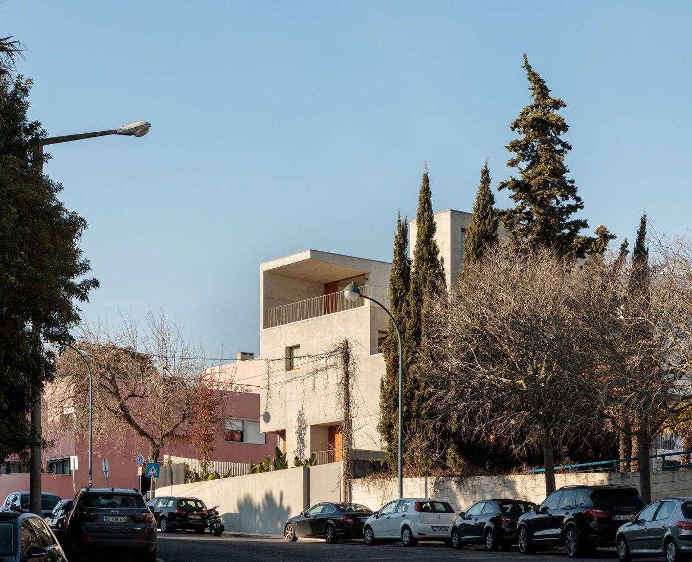 Casa en Restelo por Pedro Domingos. Fotografía por Francisco Nogueira