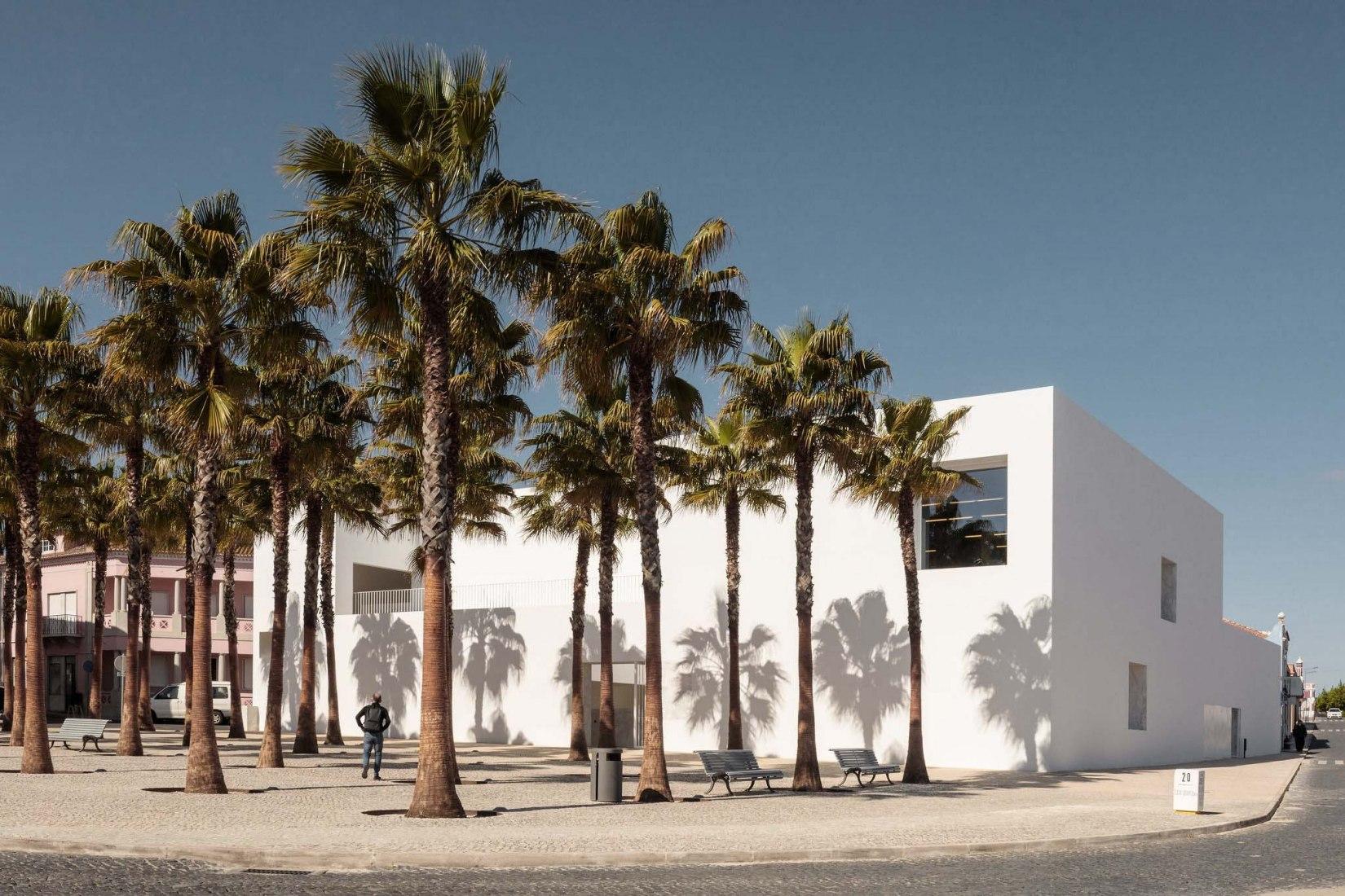 Biblioteca y archivo municipal de Grândola por Pedro Matos Gameiro y Pedro Domingos. Fotografía por Francisco Nogueira.