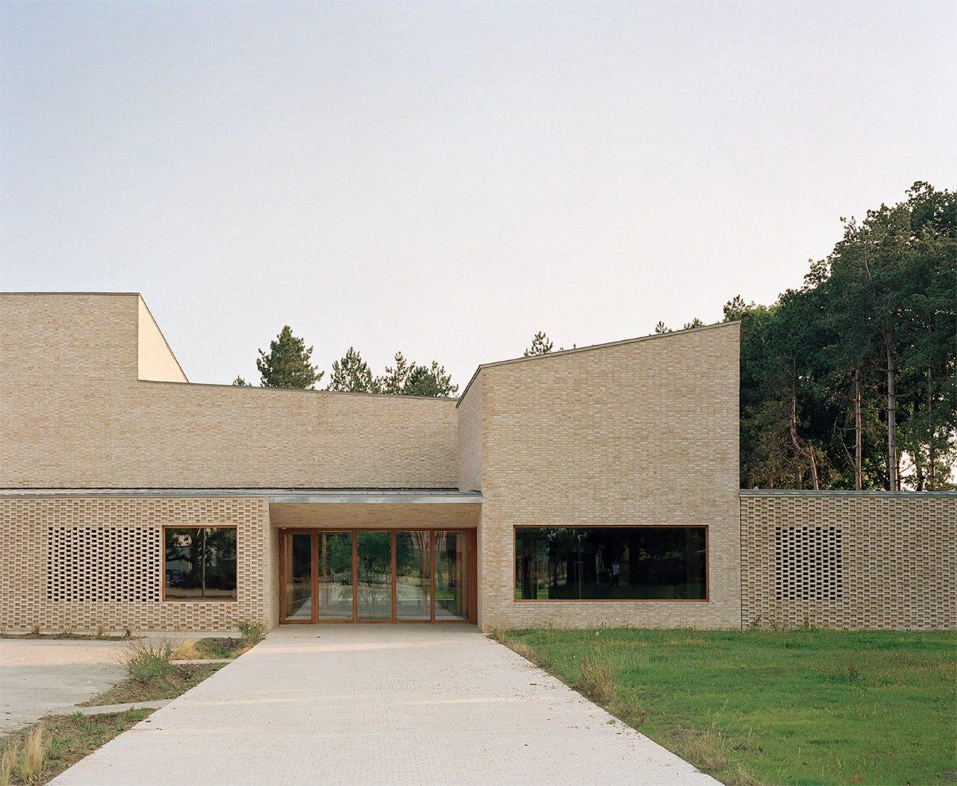 Centro cultural Pierres Blanches por RAUM architects. Fotografía por Audrey Cerdan.