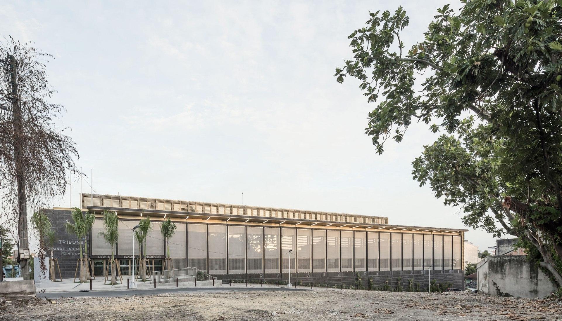 Nuevo palacio de justicia para Pointe-à-Pitre por Ignacio Prego Architectures. Fotografía por Luc Boegly