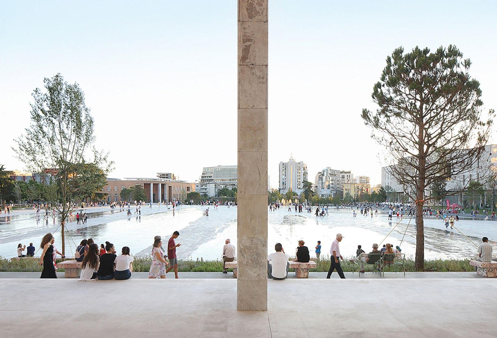 Plaza Skanderbeg. Renovación de la Plaza Skanderbeg por 51N4E. Ganador del Premio Europeo del espacio público 2018. Fotografía por Filip Dujardin