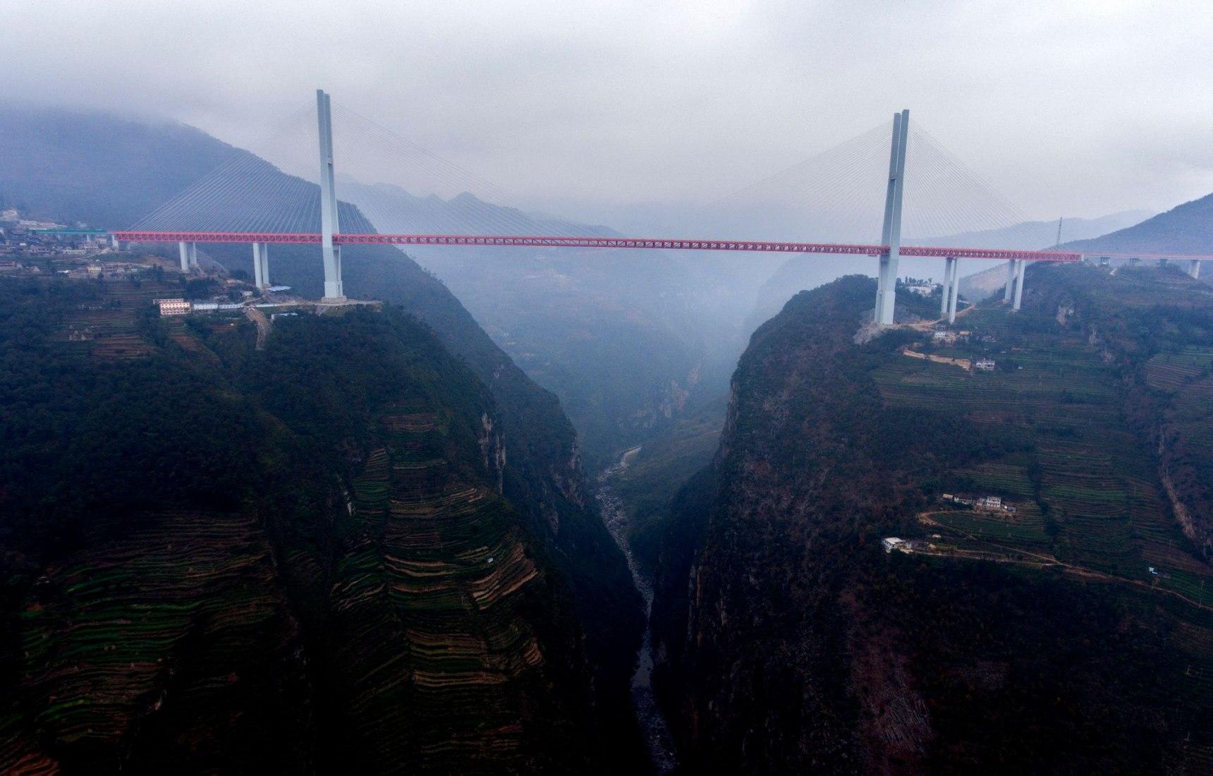 Vista del barranco con el puente Beipanjiang. Imagen cortesía de ImagineChina.