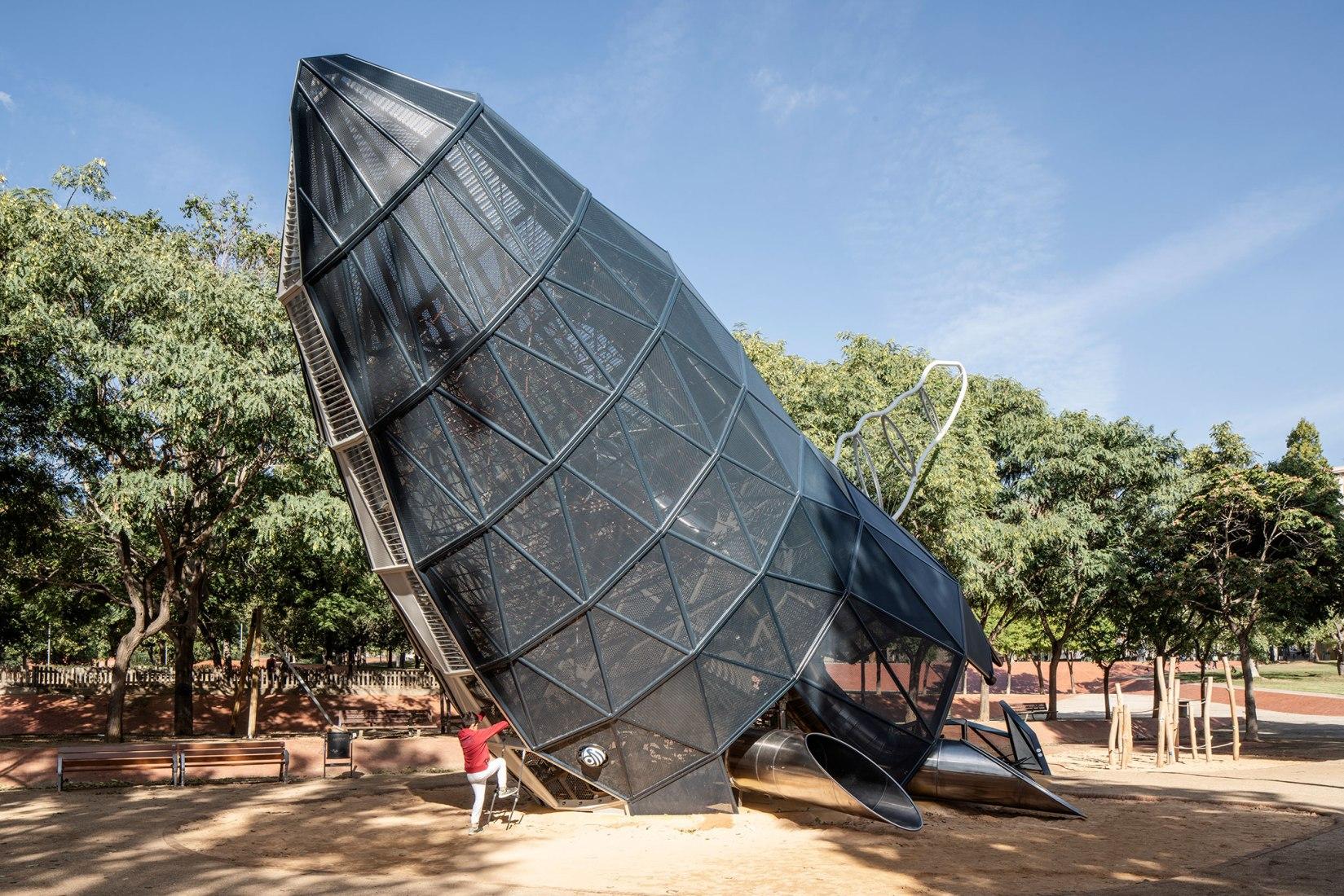 Área de juego Balena en el Parque Central de Nou Barris por Queralt Suau. Fotografía por Txema Salvans