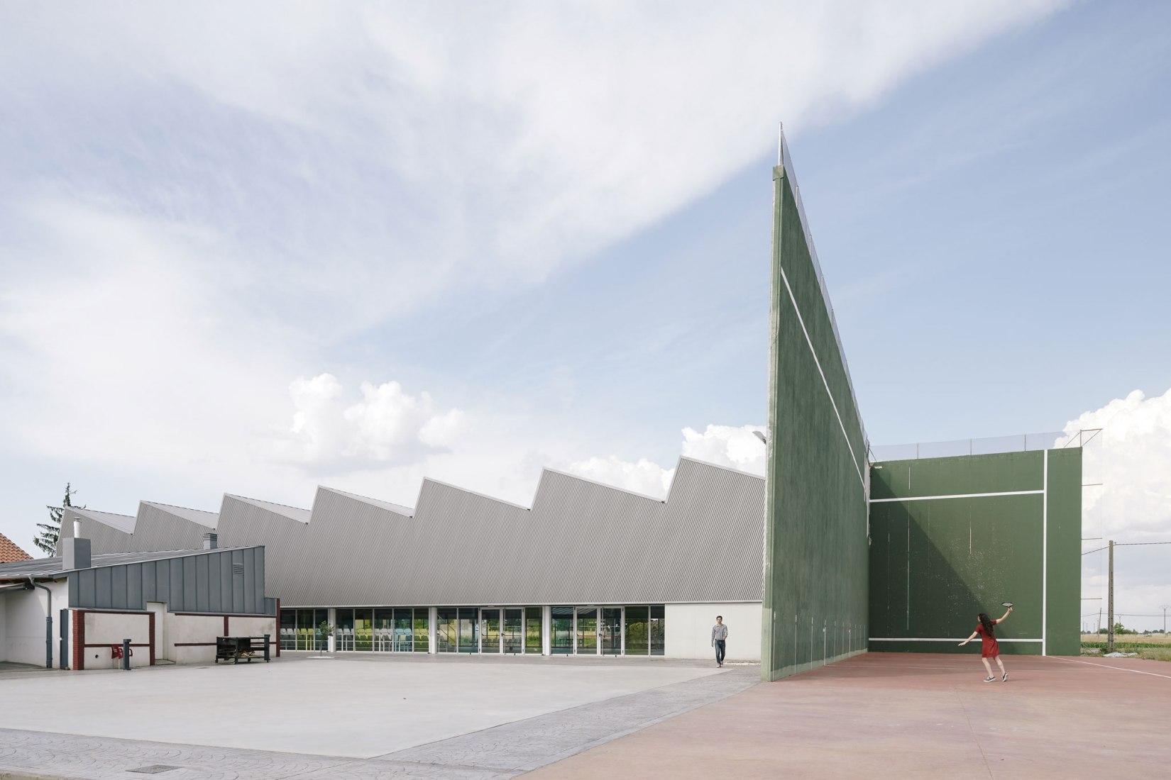 Exterior view. Villacelama Sports Centre by Quirós Presa. Photograph © Imagen Subliminal