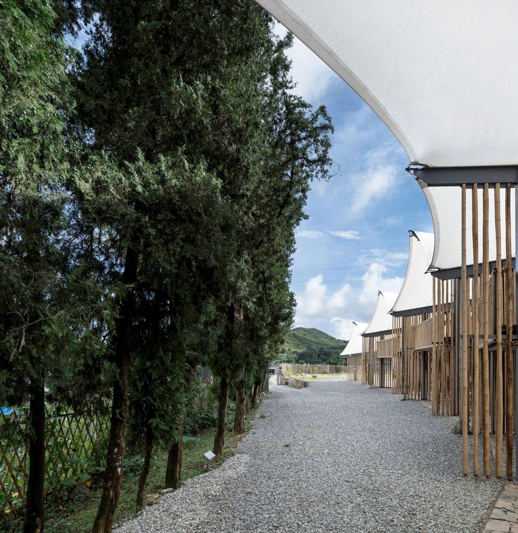La relación entre la logia multifuncional, el campamento y los árboles del este. Camping Raleigh por el Instituto de Diseño Arquitectónico de la Universidad de Tecnología del Sur de China. Fotografía por Li Yao.