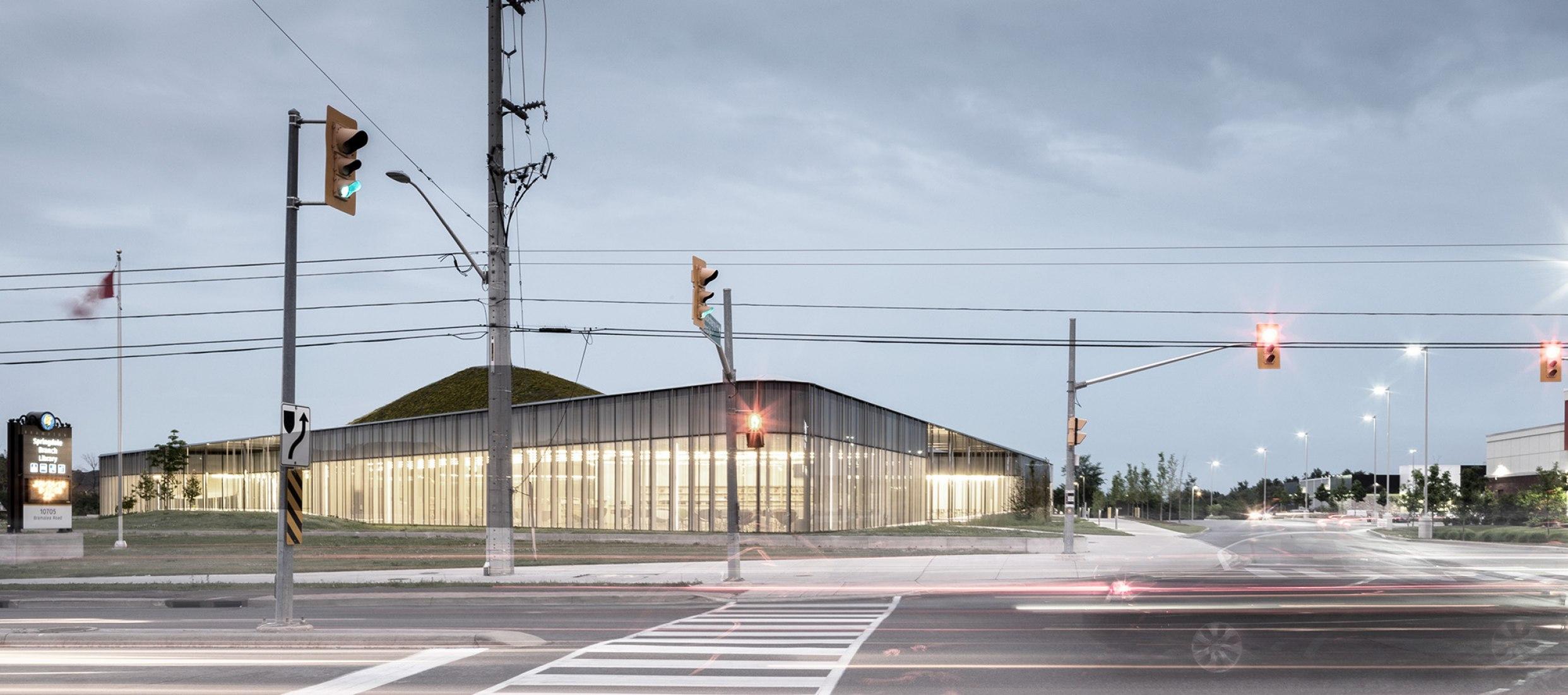 Biblioteca de Springdale y parque Komagata Maru por RDHA. Fotografía por Nic Lehoux