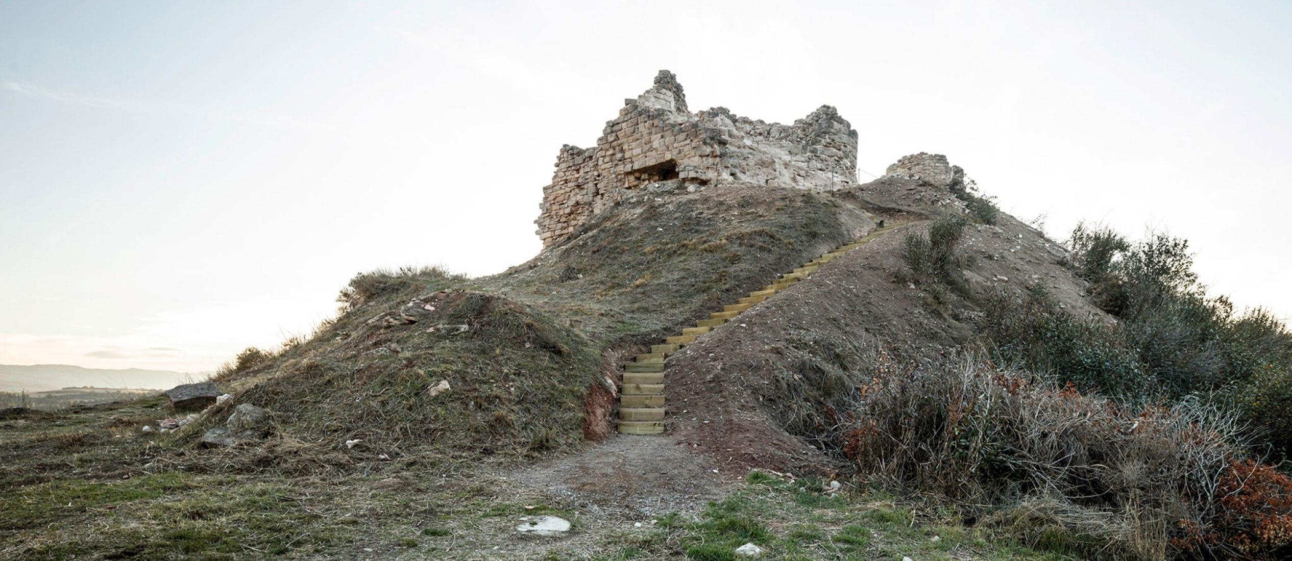 Vista exterior. Recuperación del acceso al castillo de Jorba por Carles Enrich. Fotografía © Adrià Goula