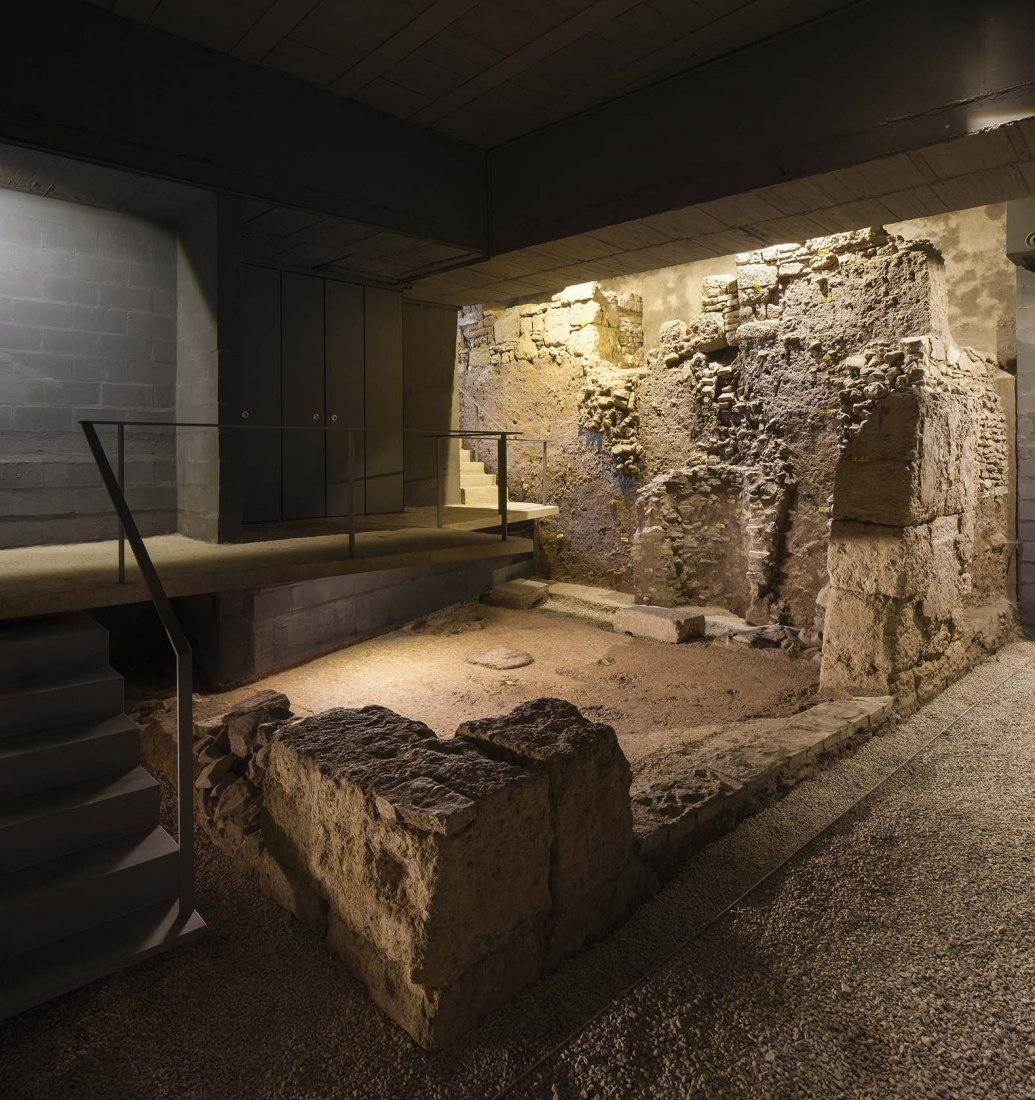 Cripta del Patio de Banderas por Reina & Asociados. Fotografía por Fernando Alda