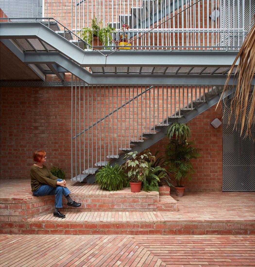 Renovación de un edificio residencial en El Cabanyal por David Estal y Arturo Sanz. Fotografía por Mariela Apollonio.
