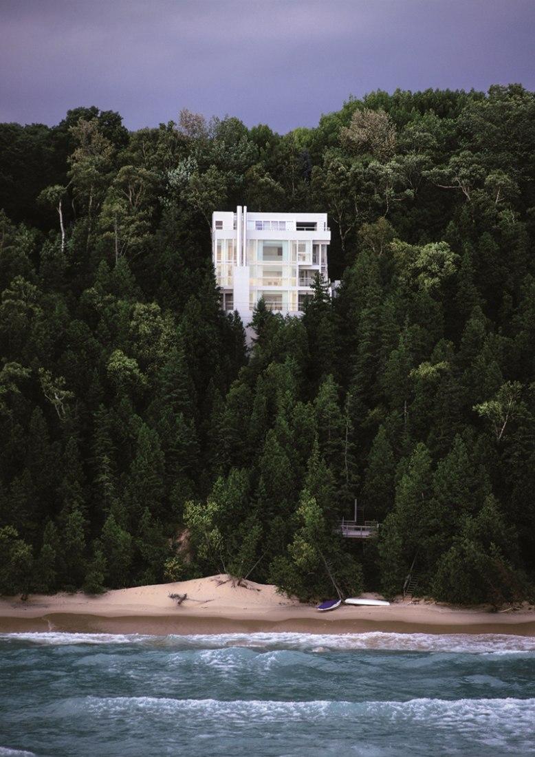 Exterior view. Richard Meier, Douglas House. Photography © Ezra Stoller, ESTO.