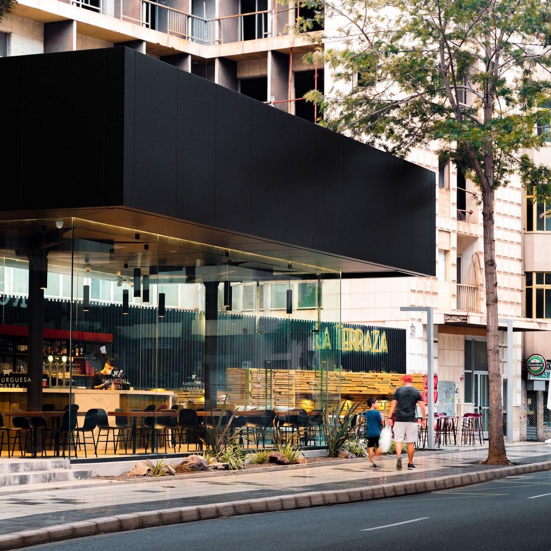 Cafetería en avenida 1º de mayo por Romera y Ruiz Arquitectos. Fotografía por arqfoto - Simón García