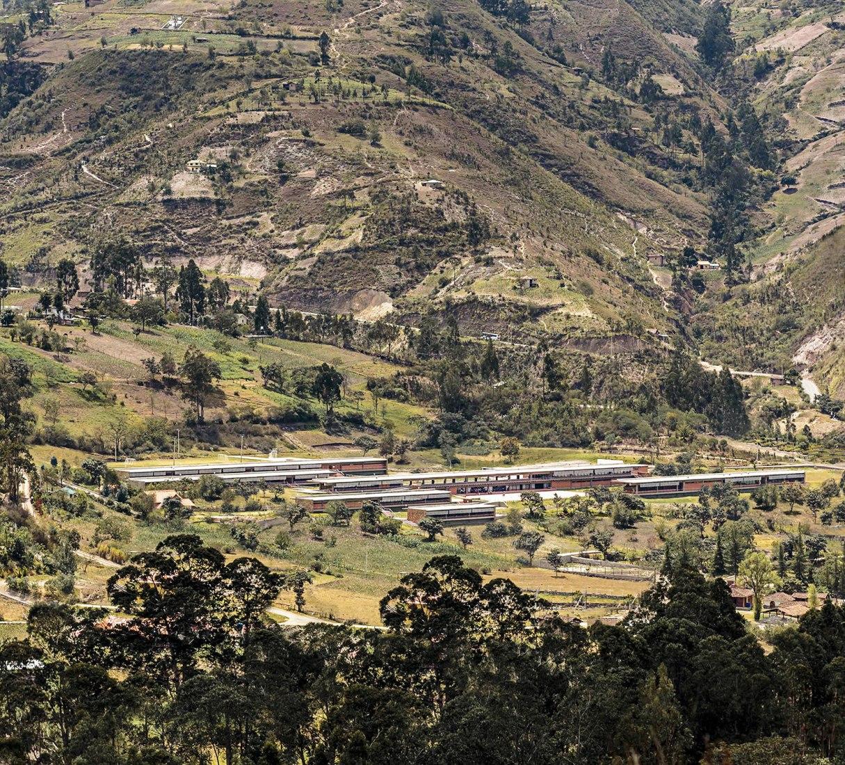 Proyectos de inversión pública en Ecuador. Unidad Educativa del Milenio. Gualaceo. Durán-Hermida Arquitectos. Imagen cortesía de Durán-Hermida Arquitectos.