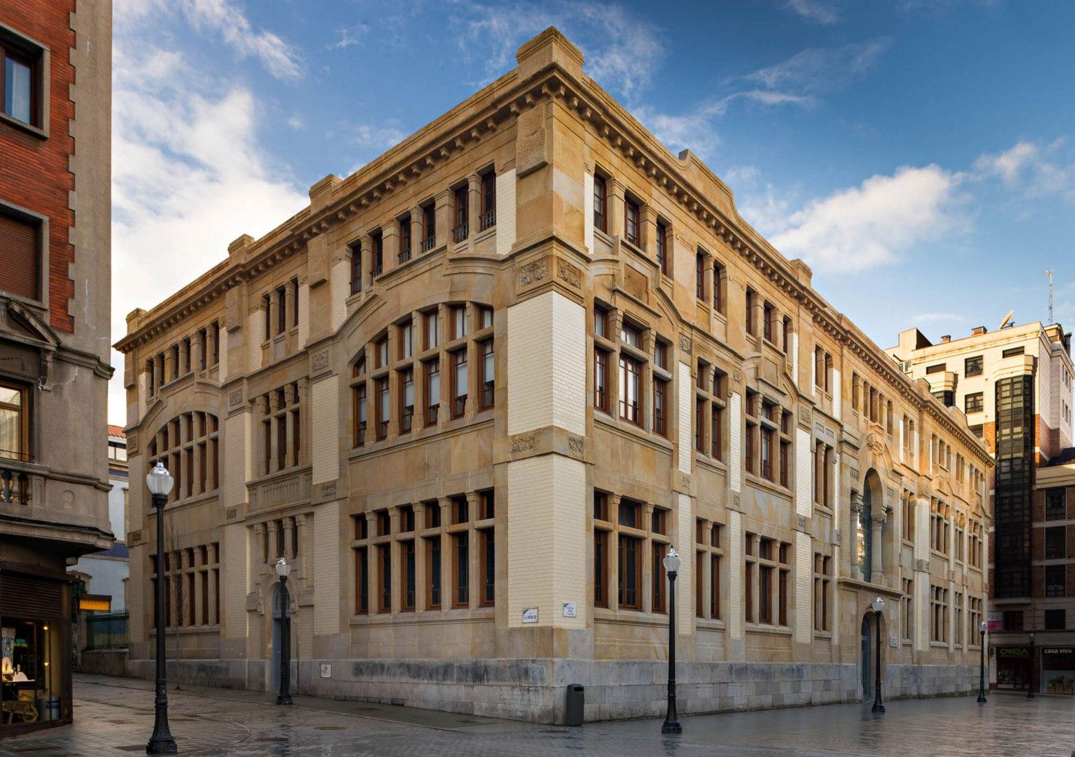 Rehabilitación de la Antigua Escuela de Comercio de Gijón por Ruiz+Nicieza Arquitectos. Fotografía por Alejandro Braña