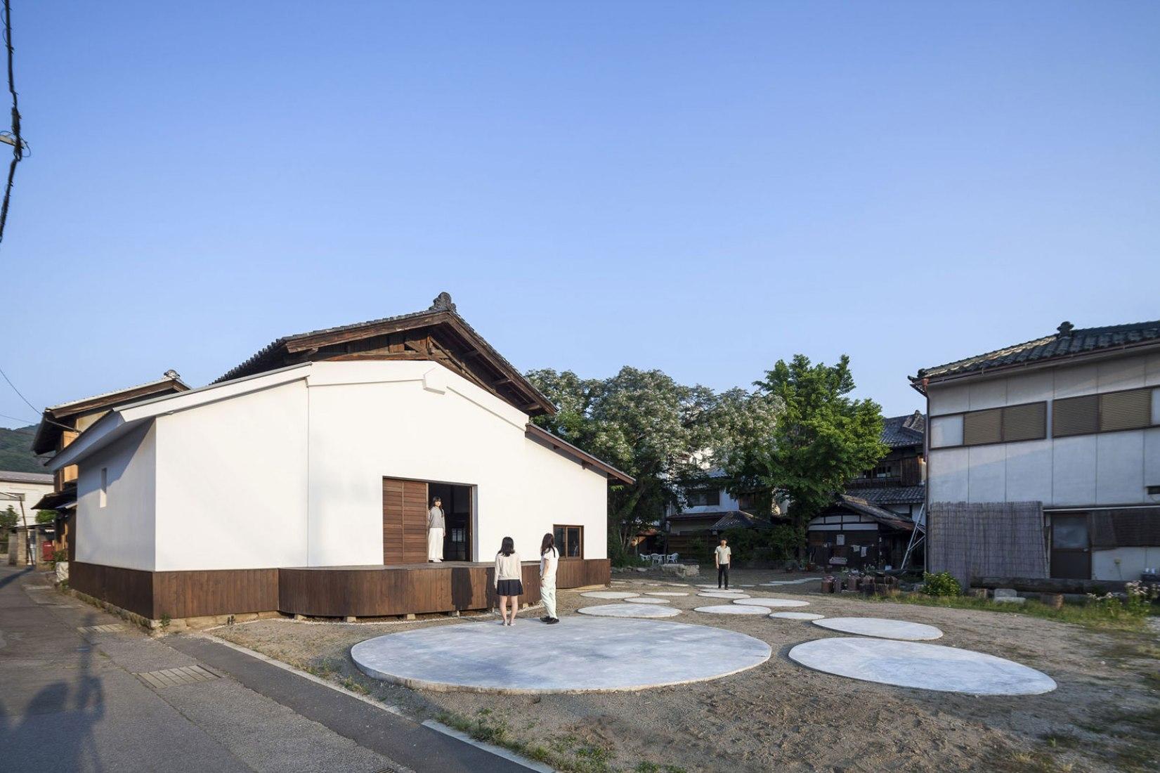 General exterior view. Conversion of a Sake Warehouse by Jorge Almazán & Keio University Almazán Lab. Image © Montse Zamorano.