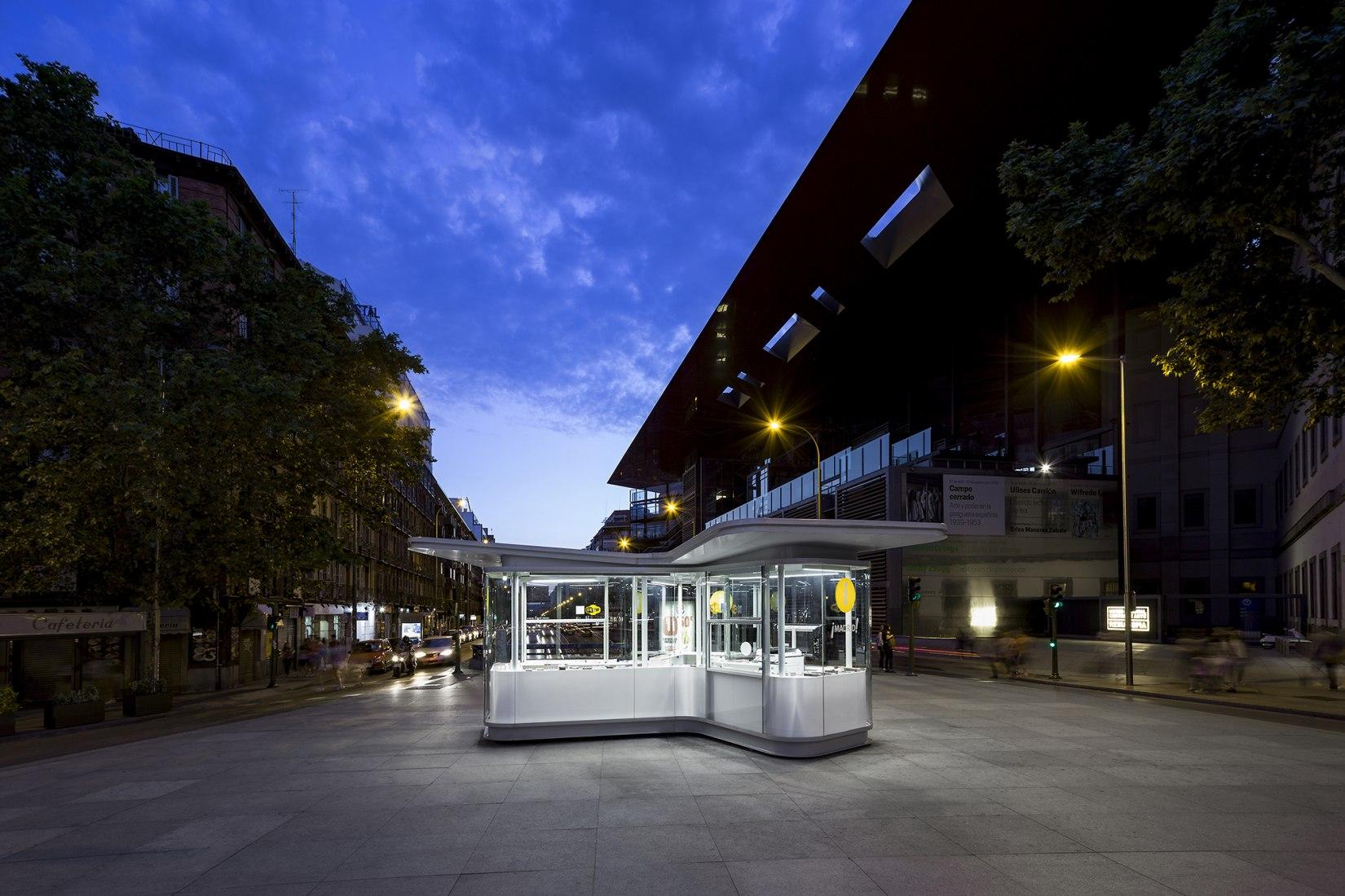 Vista nocturna cerca del Museo Reina Sofia. Quioscos de Información Turística por José Manuel Sanz Arquitectos + Irene Brea. Fotografía © José Javier Cullen