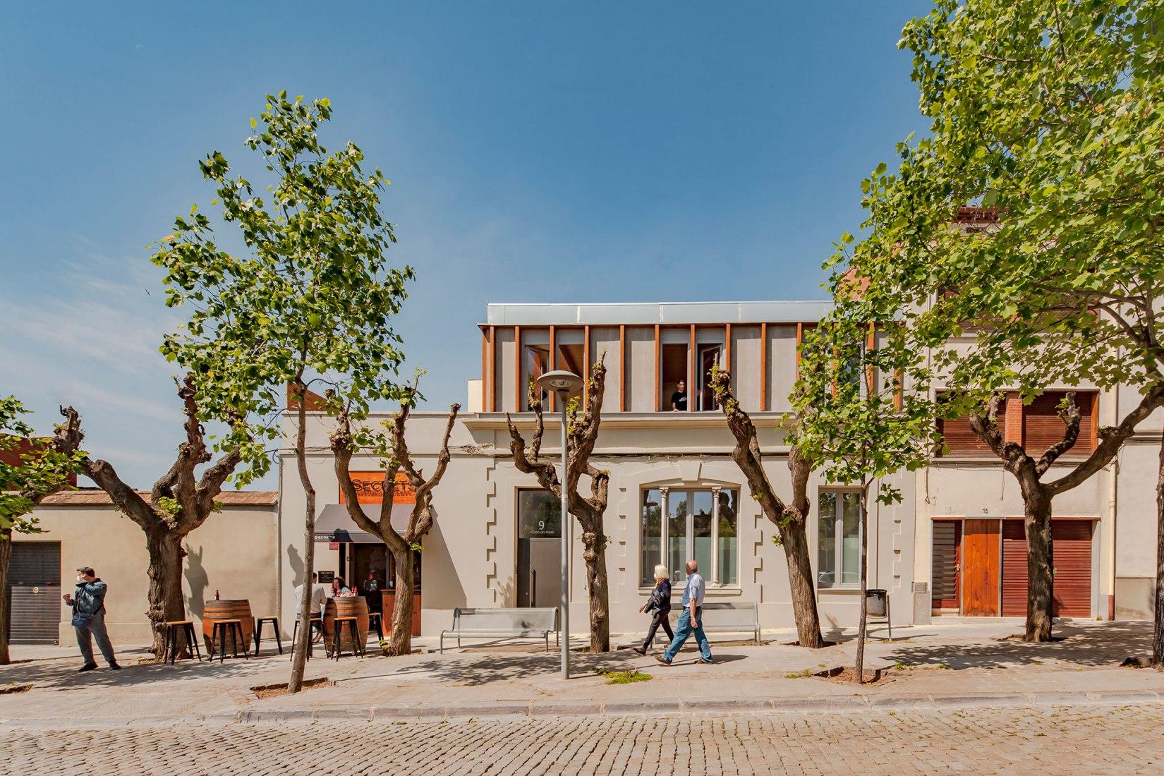 Apartamentos en el Paseo del Remei por Sau Taller d'Arquitectura. Fotografía por Andrés Flajszer.