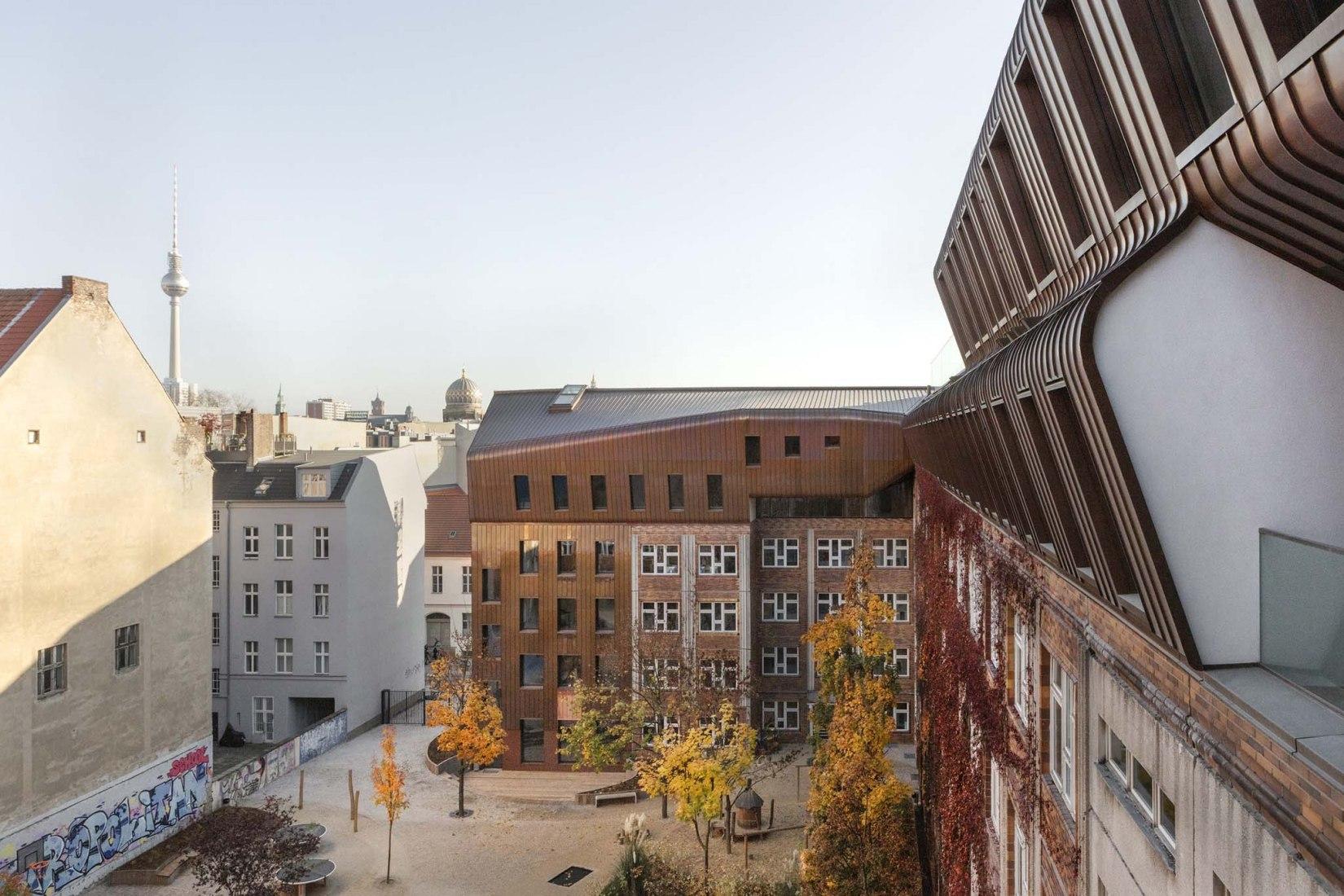 Escuela Metropolitana de Berlín por Sauerbruch Hutton. Fotografía por Jan Bitter.