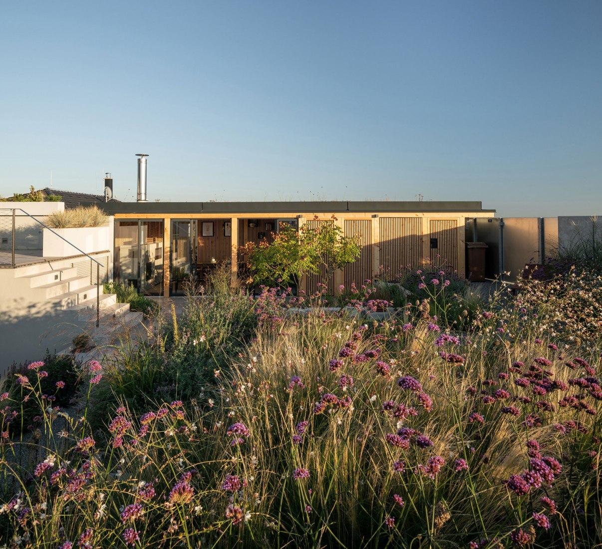 Casa familiar con atrio por SENAA architekti. Fotografía por Alex Shoots Buildings