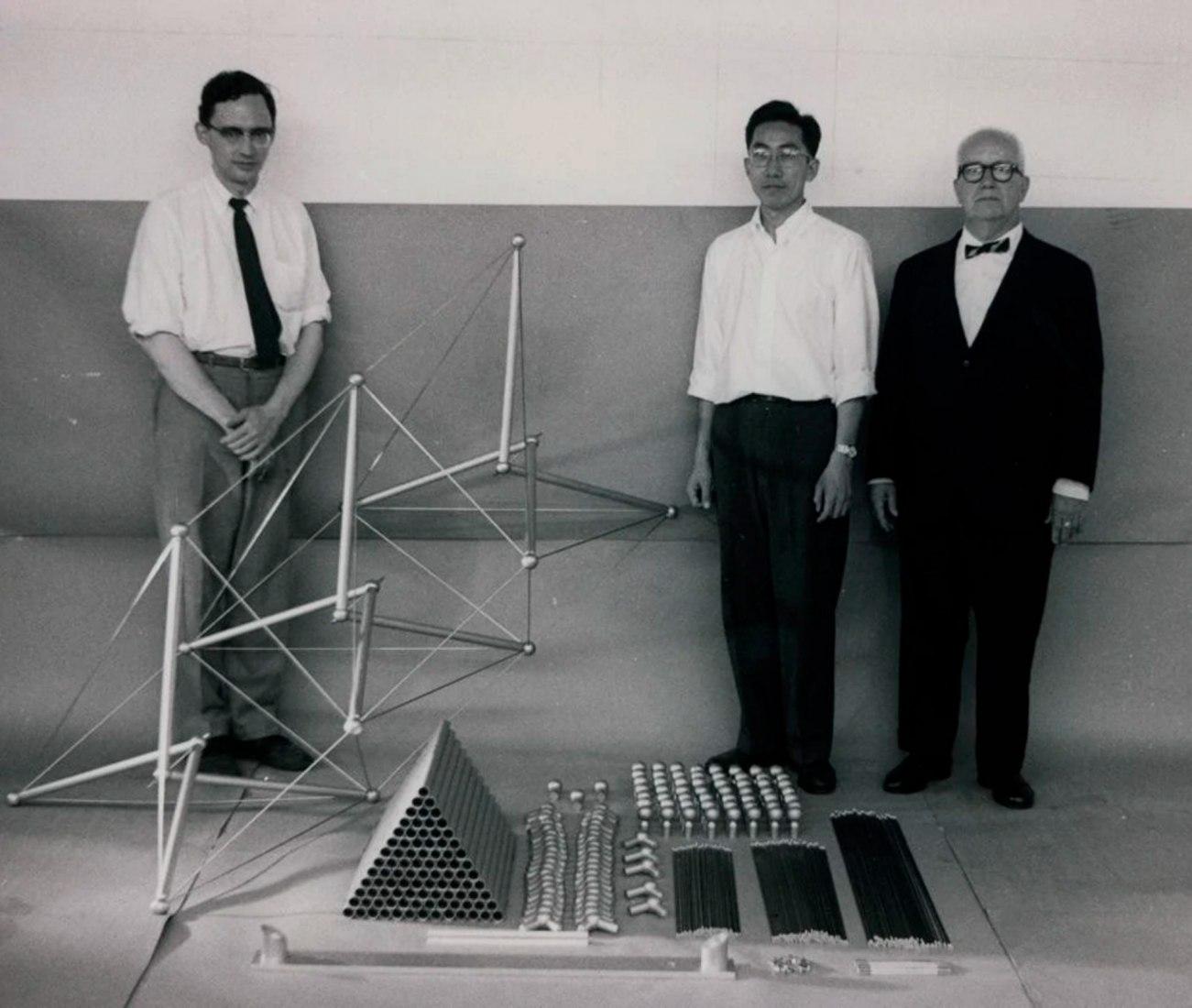 Edison Price, Shoji Sadao y Buckminster Fuller con piezas para el mástil Tensegrity de MoMA, 1959. Cortesía de Fuller y Sadao.