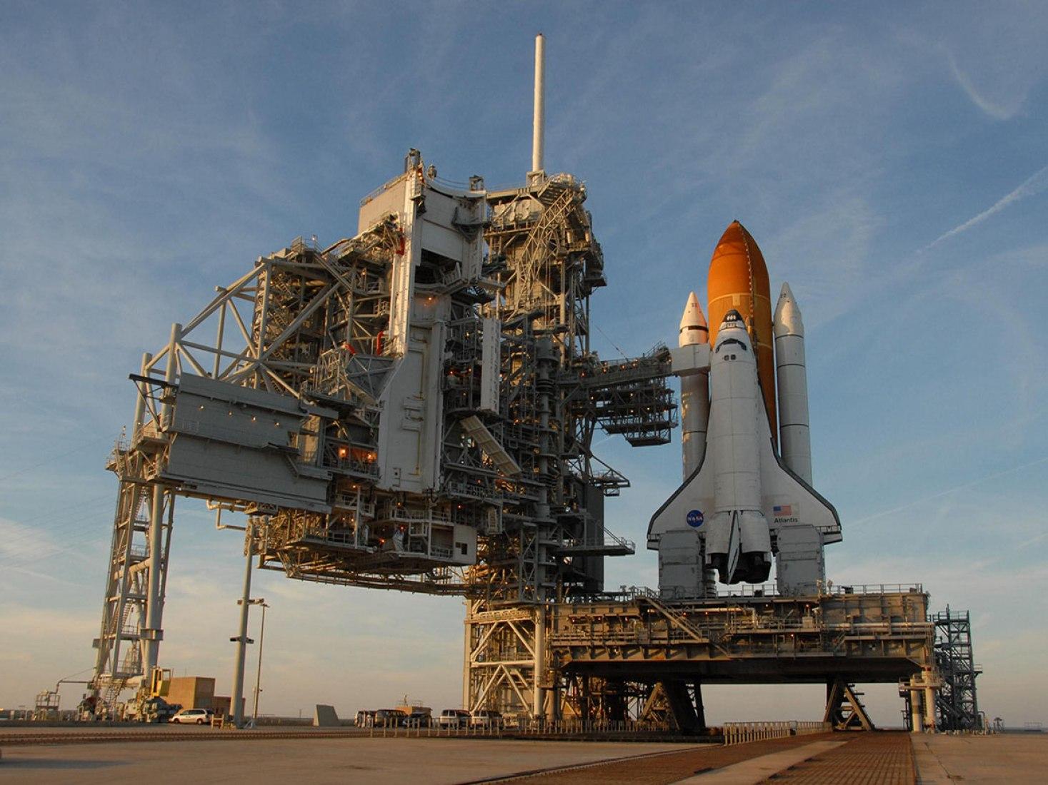 Transbordador espacial Atlantis en el PAD 39A en el centro espacial de Kennedy de la NASA, Florida, en 2007. Imagen cortesía de la NASA foto por George Shelton