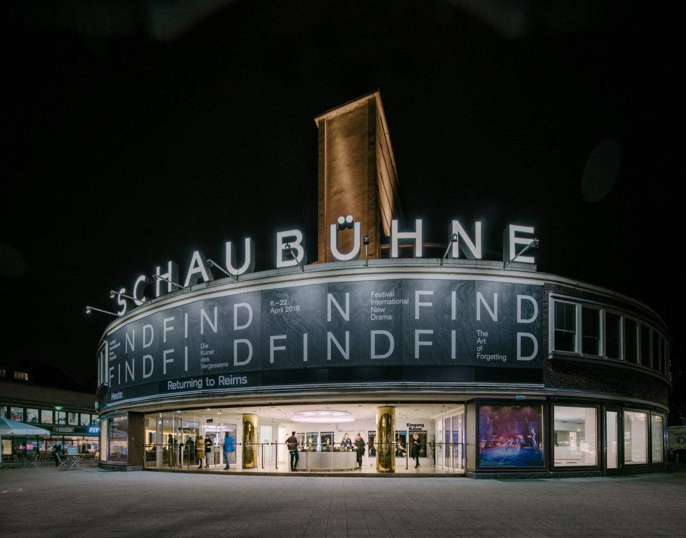 Vista exterior nocturna. Renovación de la zona de recepción del Schaubühne Berlín by Barkow Leibinger. Fotografía por Simon Menges