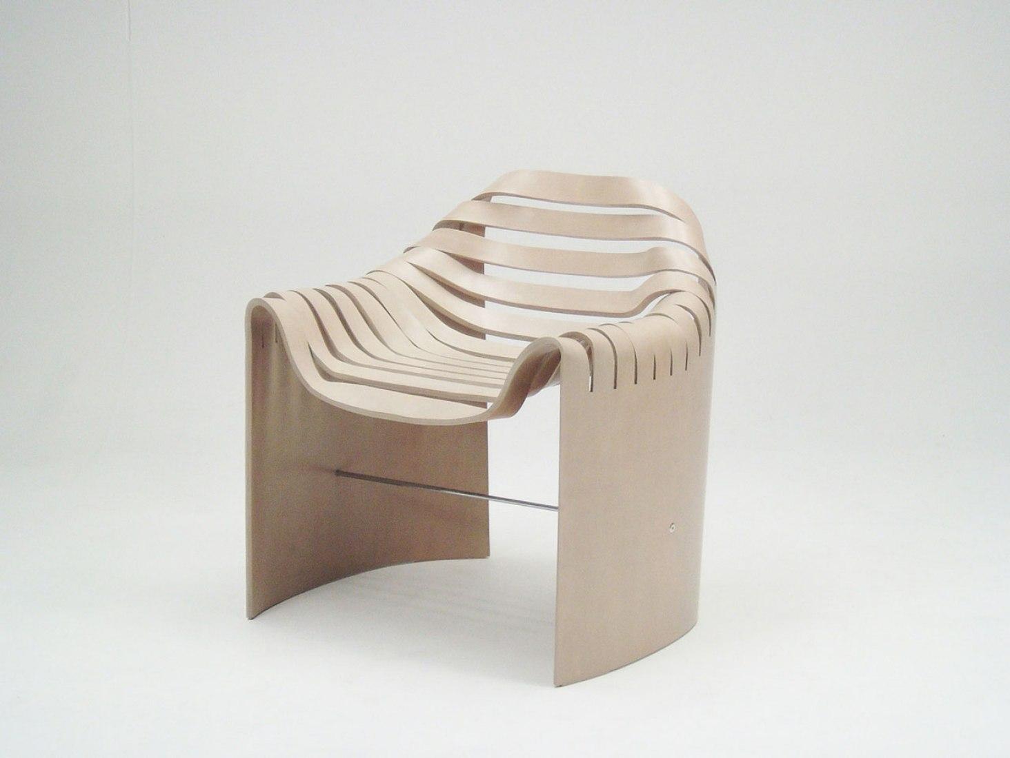 Una silla en un pliegue por Naruse Inokuma Architects