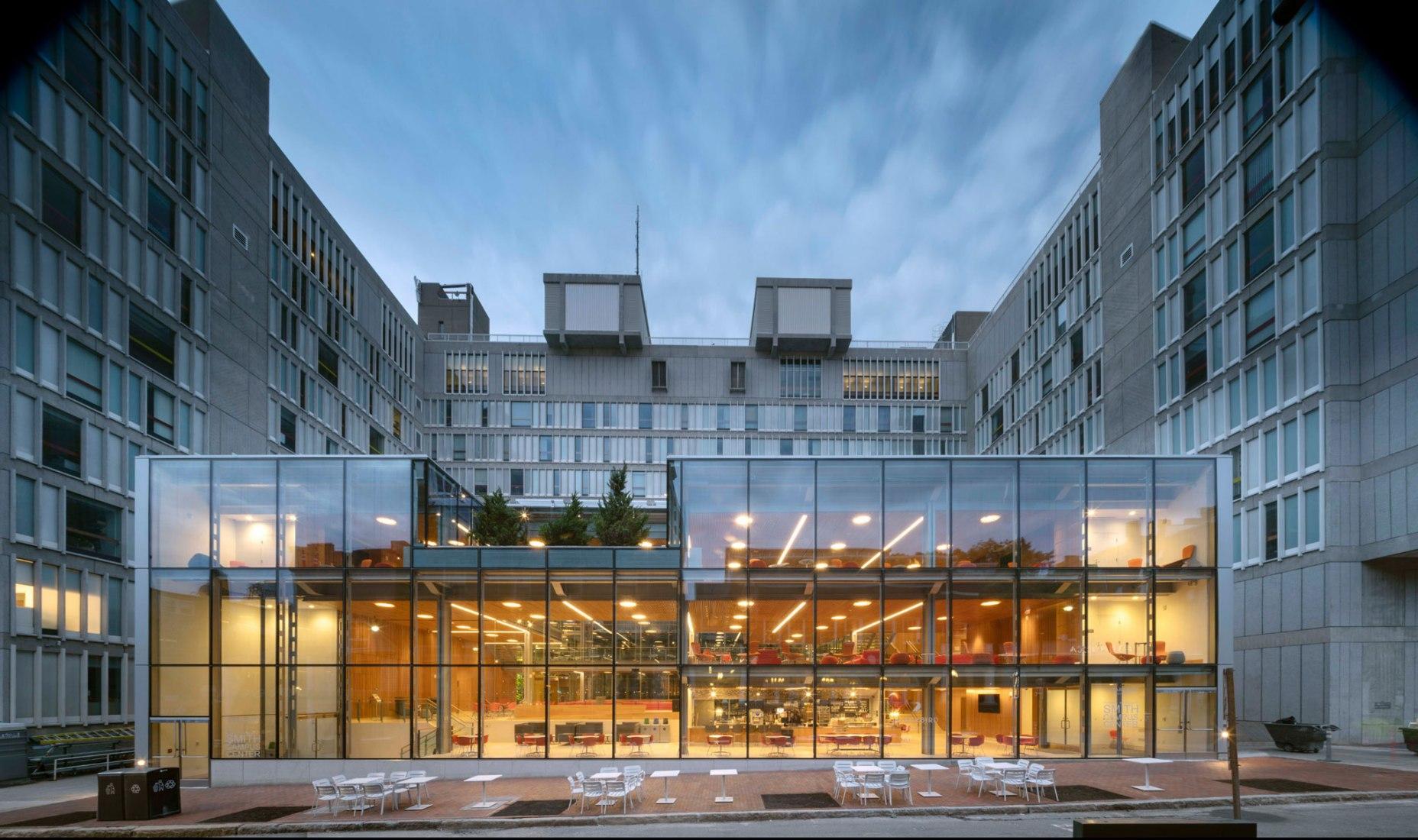 Harvard University: Richard A. y Susan F. Smith Campus Center por Hopkins Architects. Fotografía por Nic Lehoux.