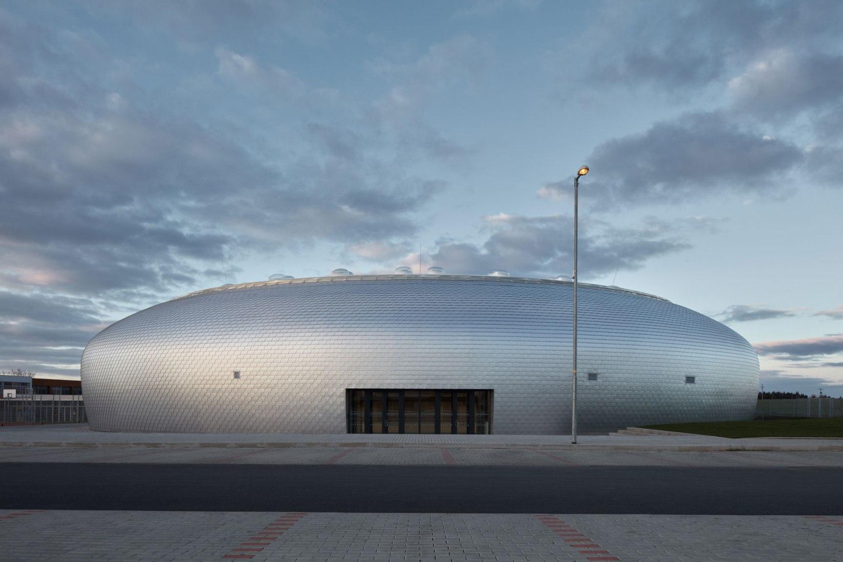 Exterior. Pabellón deportivo de Dolní Brežany por SPORADICAL. Fotografía © Jakub Skokan, Martin Tůma / BoysPlayNice