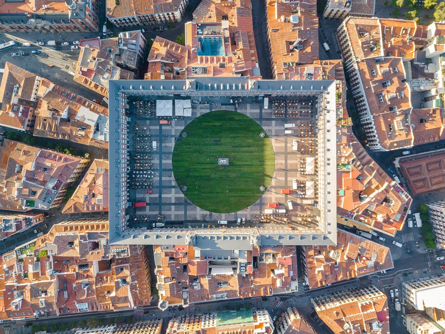 Foto aérea. CESPED en la Plaza Mayor por SpY. Cortesía de SpY