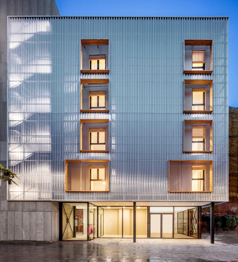 APROP (Alojamientos de proximidad provisionales) por Straddle3 + Eulia Arkitektura + Yaiza Terré. Fotografía por Adrià Goula