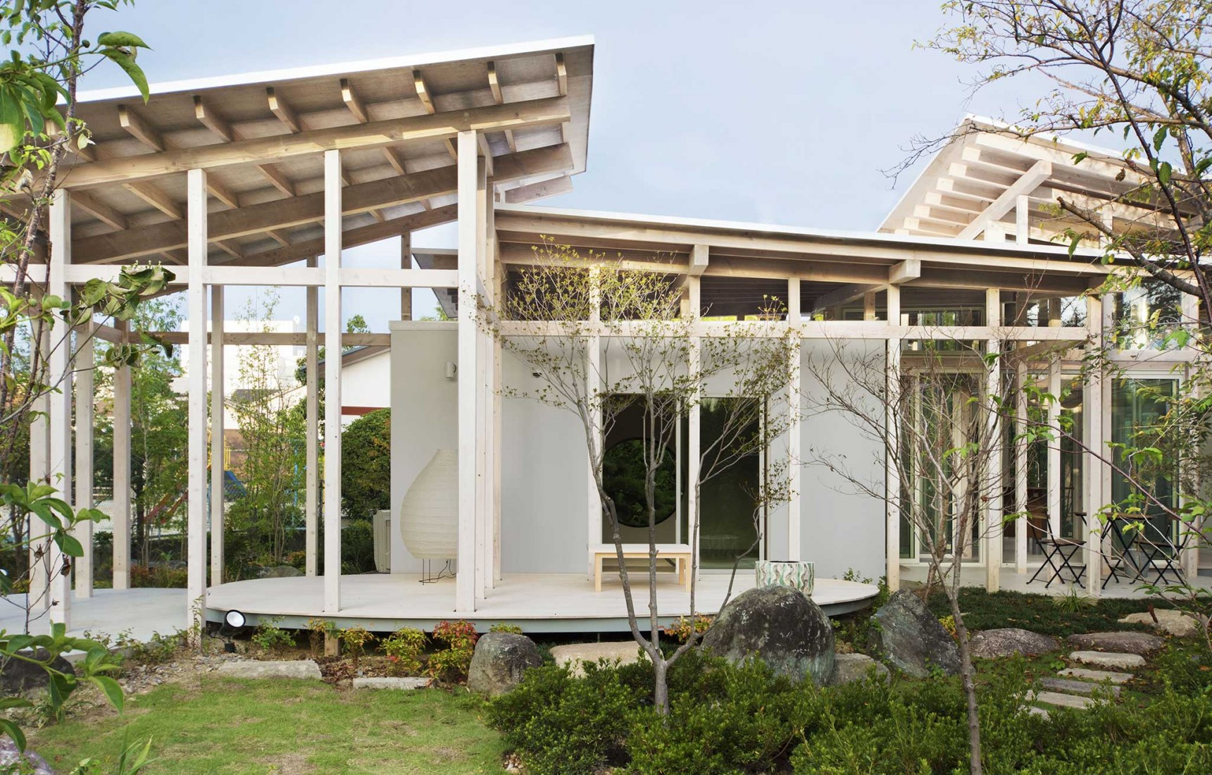 House surrounded by the hedges by Studio Velocity. Photograph by Studio Velocity