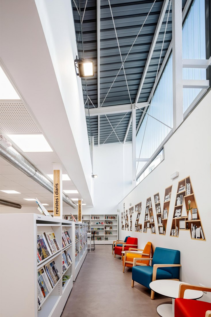 Library and space for old people in the fraternal center of Òdena by SUMO Arquitectes. Phtograph by Aitor Estévez