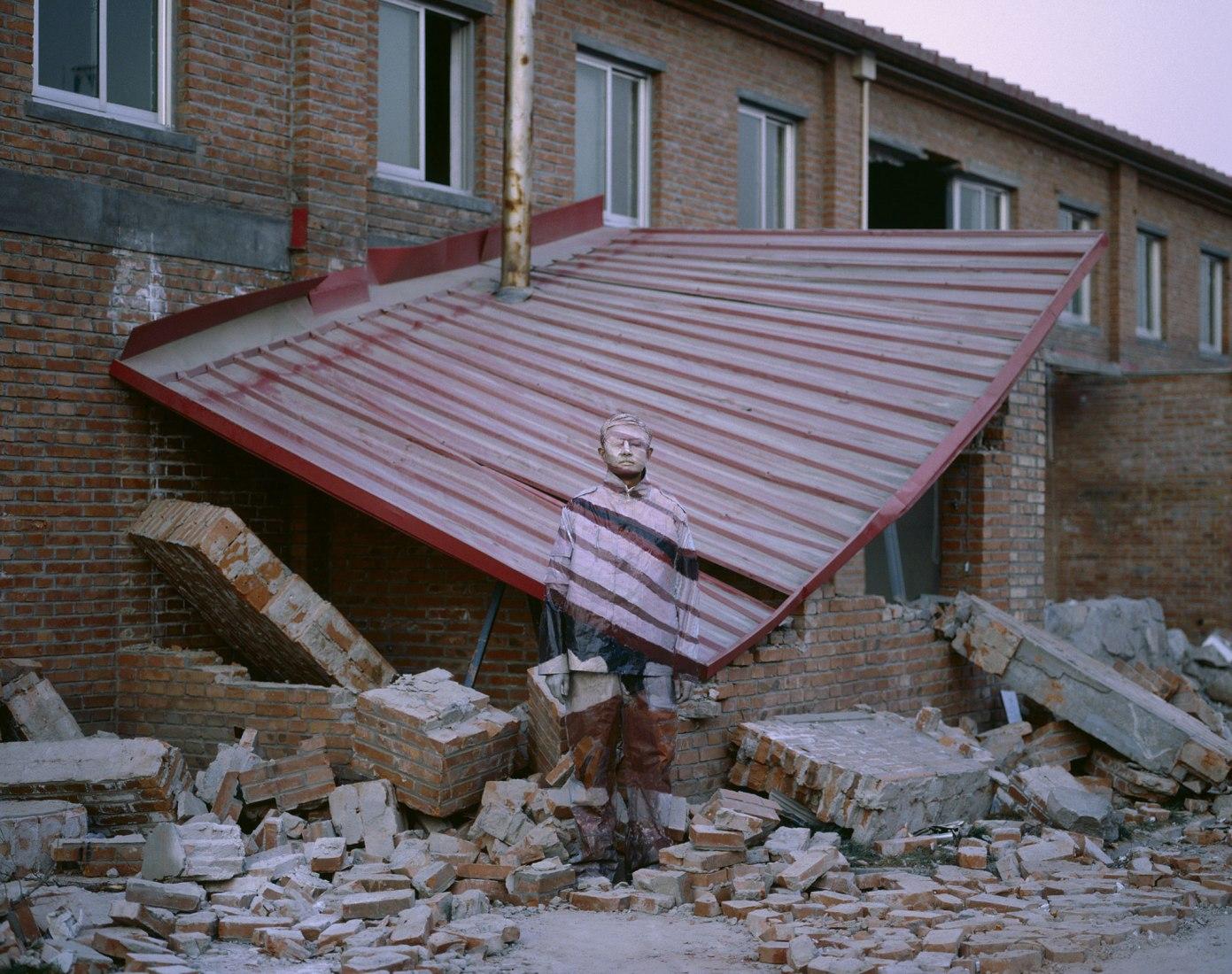 SuojiaVillage, Beijing, 2005. El hombre invisible, Liu Bolin, en el palacio de gaviria. Cortesía de Boxart, Verona.