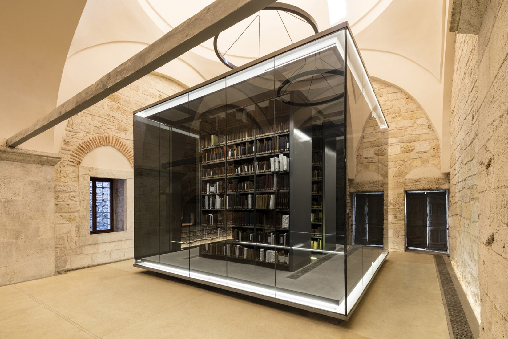 Beyazıt State Library by Tabanlioglu Architects, view of the book shelves from the outside. Photograph © Emre Dörter.